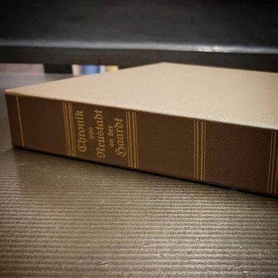 Kassette zur Archivierung mit Titelprägung auf dem Rücken